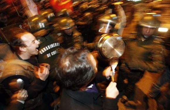 Manifestantes participan en una cacerolada en apoyo a los miles de estudiantes universitarios, de secundaria y de otros sectores sociales que hoy, martes 9 de agosto de 2011, marcharon por el centro de Santiago de Chile en un paro nacional convocado para demandar una educación pública, gratuita y de calidad. Más de 100.000 personas se manifestaron en varias ciudades chilenas, incluyendo Santiago, donde grupos de encapuchados protagonizaron disturbios, en una nueva jornada de paro. EFE/Felipe Trueba