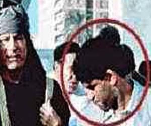 Abdullah Senussi en una imagen reciente junto a Gadafi. Foto: The Guardian