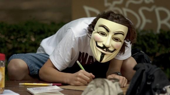 Una persona lleva la característica careta del grupo Anonymous. Foto: El País