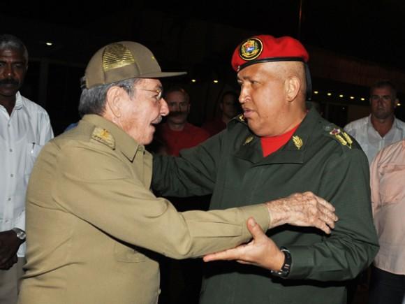 Hugo Chávez es despedido por Raúl. Foto: Estudios Revolución
