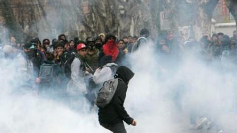 Los incidentes se registran en la sede de la Universidad Tecnológica Metropolitana. Los estudiantes arrojaron piedras y bombas molotov a la Policía desde el interior de la casa de estudios