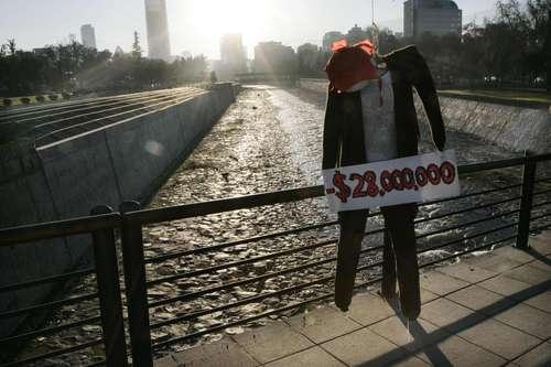 Jóvenes chilenos representaron suicidios por los altos costos de la educación y colgaron muñecos en un puente cercano a la Facultad de Arquitectura de la Universidad Católica, durante una marcha ayer en Santiago Foto: Reuters
