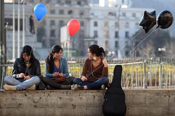 """Un grupo de estudiantes realizó una """"Globatón"""" el sábado 13 de agosto de 2011, para protestar por las reformas en el sistema educativo impulsadas por el Gobierno de Sebastián Piñera, la protesta pacífica se hizo en la Plaza Baquedano en Santiago (Chile). EFE/Mario Ruiz"""