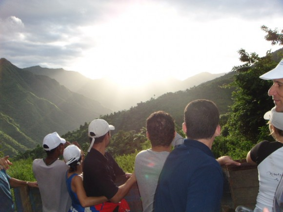 Divisando el amanecer en la Sierra desde el camión que nos llevaba camino a la escalada del Turquino.  Foto:Gilberto