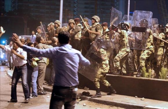 Cientos de egipcios rompen el ayuno del mes de ramadán en Tahrir entre un fuerte despliegue policial