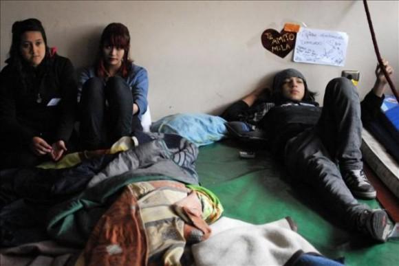 Fotografía tomada el pasado 4 de agosto en la que se registró a los alumnos chilenos de enseñanza secundaria del Liceo Darío Salas que adelantan una huelga de hambre. EFE/Archivo
