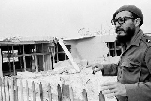 Fidel Castro señala algunas de las casas bombardeadas durante la invasión de Bahía de Cochinos en 1961. Foto: AP