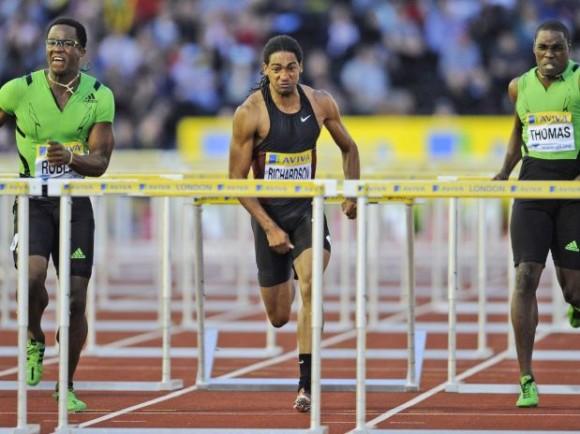 El cubano Dayron Robles, izquierda, gana los 110 metros con obstáculos en la Liga Diamante de Crystal Palace en Londres el viernes 5 de agosto del 2011.
