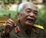 Vivió entre la lucha armada y la reflexión política, fue responsable de la defensa militar de Vietnam entre 1946 y 1976 –los años de la ocupación japonesa en Indochina, de la guerra anticolonialista contra Francia y de la invasión estadounidense.
