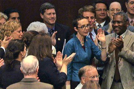 Giffords regresa a la Cámara de Representantes. La congresista demócrata por Arizona, que fue tiroteada a principios de año durante un mítin en la ciudad de Tucson, ha sido recibida con aplausos por sus compañeros al asistir a la votación sobre la ampliación de la deuda.
