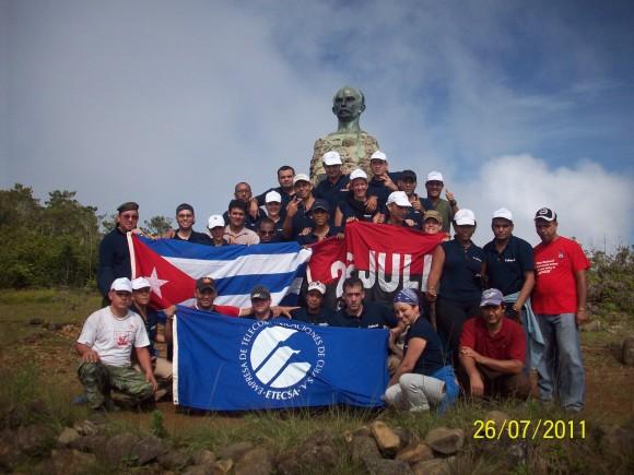 A las 10 de la mañana del 26 de julio se coronó la cima del Turquino. La hazaña guerrillera y el ejemplo de Fidel en la mente de los nuevos turquineros.  Foto: Jorge Luis  (guía de la escalada)