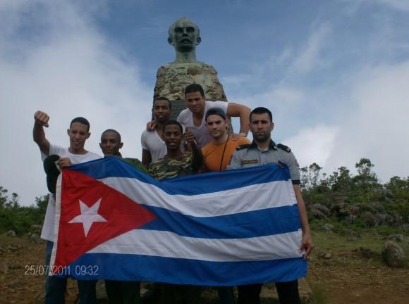 Tras el mismo propósito, pero desde la ruta de Santiago de Cuba, jóvenes del MININT también llegaron a la cima en la mañana del 26. Foto: Fernando