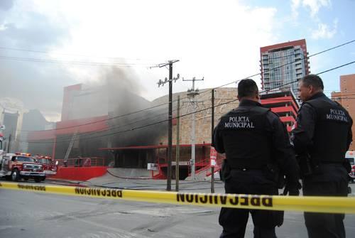 Monterrey, NL. Al menos 40 personas murieron tras el sangriento atentado con granadas al 'Casino Royale' de esta capital, en el que aún se reportan atrapados, al atorarse salidas emergentes. Se ignora cifra de fallecidos a causa de los explosivos como el número de víctimas por intoxicación al generarse un incendio. Reuters