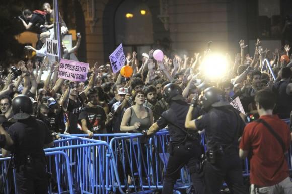 Cientos de indignados se manifiestan en la Carrera de San Jerónimo, Madrid. / (Kiko Huesca, EFE)