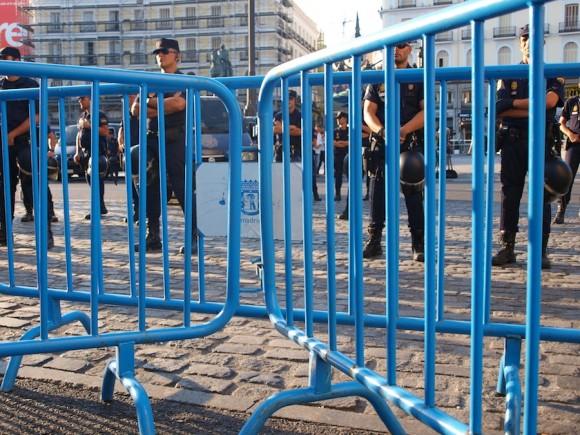 La policía custodia la Puerta del Sol, en Madrid. Foto: Guillermo Nova