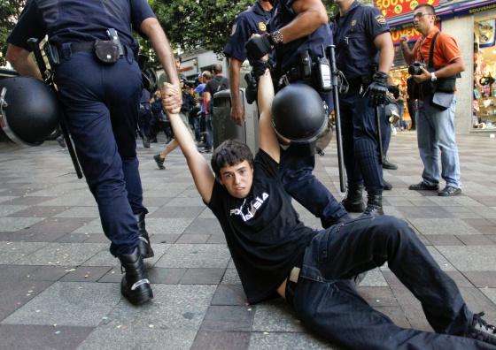 Un manifestante es arrastrado por la policía en Calle Montera, Madrid / CARLOS ROSILLO