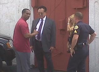 Foto del momento del arresto de Luis Conte Agüero por parte de la policía de Miami. JUAN CARLOS CHAVEZ / El Nuevo Herald
