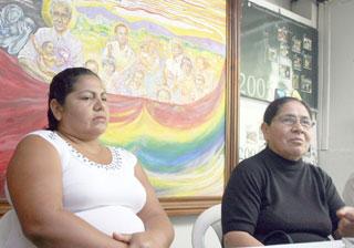 María Elida y una de sus hijas, Elsa Esmeralda, de unos 38 años, relataron en rueda de prensa que las hermanas desaparecieron en 1980./ El Diario CoLatino