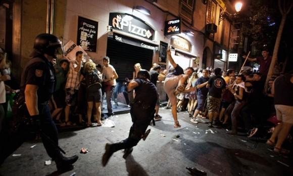 Enfrentamientos. Un policía y un manifestante se enfrentan en una calle cercana a la puerta del Sol el 18 de agosto de 2011. Foto: Arturo Rodríguez (AP)