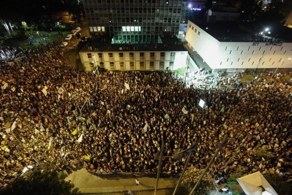 Miles de indignados israelíes han protestado hoy sábado en Tel Aviv. Foto: AFP