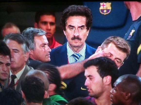 Mientras Mou hace eye-gouging, hay un hombre raro con bigote que lo ve todo. El del bigote parece sacado de la España de los 50, tipo Martínez el facha. La máquina del tiempo existe.