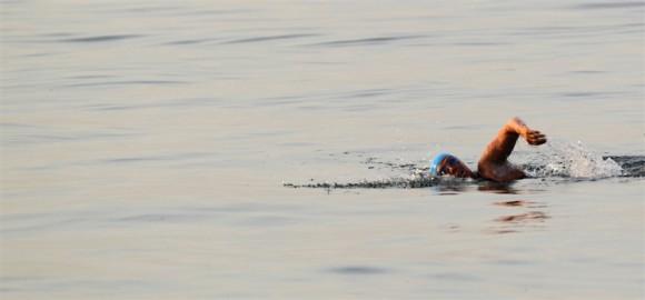 Diana Nyad nadando la primera milla de su larga aventura.  Foto:  Reuters