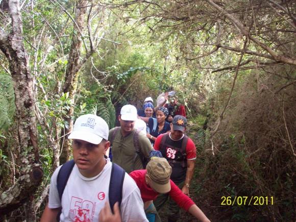 El 26 bien temprano se comenzó la escalada de los kilómetros finales para llegar al Turquino.  Foto: Nestor Madruga