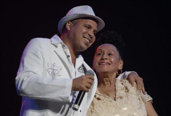 """La cantante cubana, Omara Portuondo, junto al cantante y compositor Arnaldo Rodríguez, durante el concierto """"Gracias"""", en el Teatro Karl Marx de La Habana, Cuba, el 17 de agosto de 2011.  AIN FOTO/Omara GARCIA MEDEROS/"""
