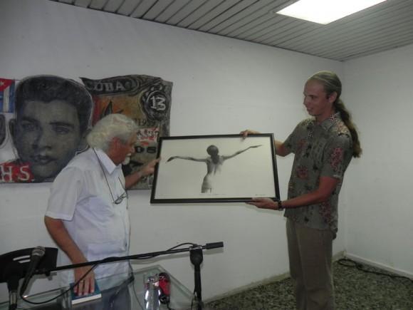 Pablo Armando Fernández recibió  el reconocimiento de la Asociación Hermanos Saiz. Foto. Marianela Dufflar