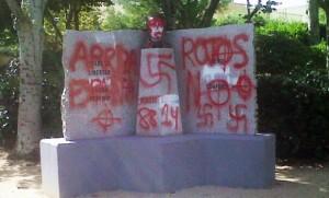 Profanan monumento a Miguel Hernandez