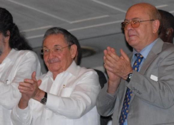 El General de Ejercito Raúl Castro Ruz (I), presidente de los Consejos de Estado y de Ministros de Cuba, asistió a la Gala por el Aniversario 50 la Unión de Escritores y Artistas de Cuba (UNEAC), a su lado su presidente Miguel Barnet, en el Gran Teatro de la Habana García Lorca, en La Habana, el 20 de agosto de 2011. AIN FOTO/Marcelino VAZQUEZ HERNANDEZ