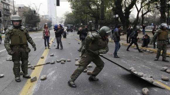 SANTIAGO DE CHILE. Los Carabineros retiran piedras de la calle (AP).