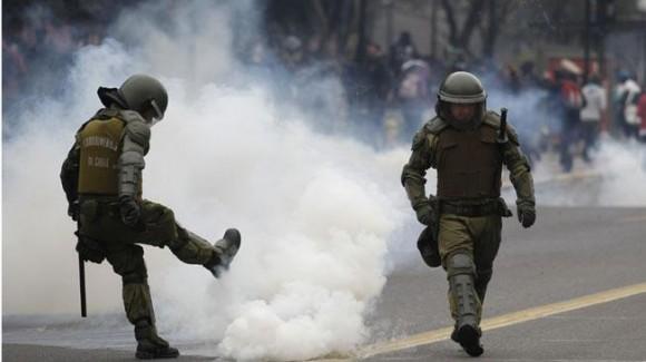 SANTIAGO DE CHILE. Los Carabineros en medio de la protesta estudiantil (AP).