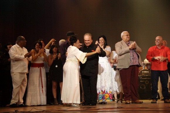 Omara Portuondo y Frank Fernánez, bailan en el escenario del Karl Marx. Serenata dedicada a Fidel por su 85 cumpleaños. Foto: Iván Soca