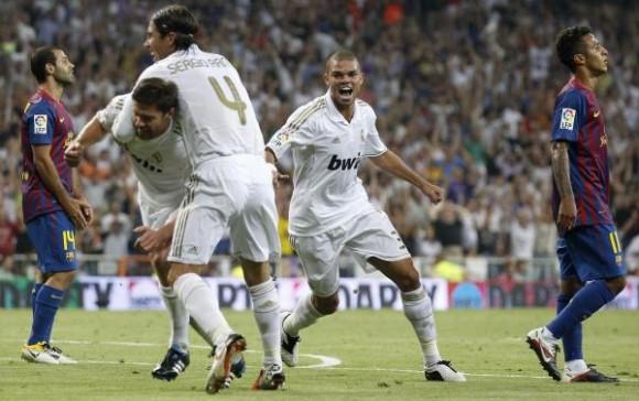 Sergio Ramos celebra con Xavi Alonso el segundo gol del Madrid.