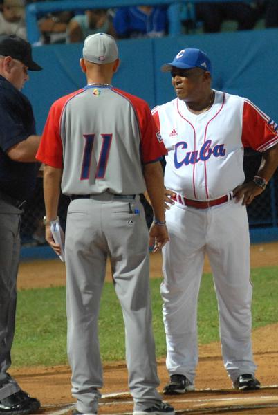 Alfonso Urquiola (D), director tecnico de los cubanos, en el primer juego de preparación entre los equip os de béisbol de Cuba y Puerto Rico, en el estadio Latinoamericano, en La Habana, el 14 de septiembre de 2011. AIN FOTO / Marcelino VAZQUEZ HERNANDEZ/