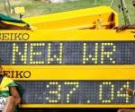 Los atletas jamaicanos celebran la plusmarca. Foto: Reuters