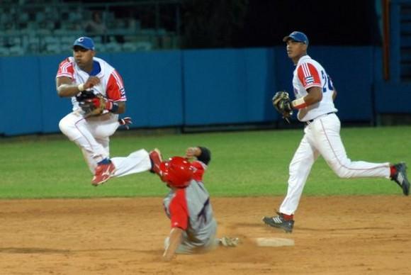 Primer juego de preparación entre los equip os de béisbol de Cuba y Puerto Rico, en el estadio Latinoamericano, en La Habana, el 14 de septiembre de 2011. AIN FOTO / Marcelino VAZQUEZ HERNANDEZ
