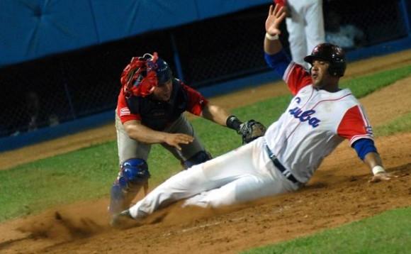 Primer juego de preparación entre los equipos de béisbol de Cuba y Puerto Rico, en el estadio Latinoamericano, en La Habana, el 14 de septiembre de 2011. AIN FOTO / Marcelino VAZQUEZ HERNANDEZ/
