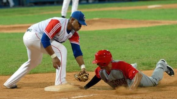 Primer juego de preparación entre los equip os de béisbol de Cuba y Puerto Rico, en el estadio Latinoamericano, en La Habana, el 14 de septiembre de 2011. AIN FOTO / Marcelino VAZQUEZ HERNANDEZ/