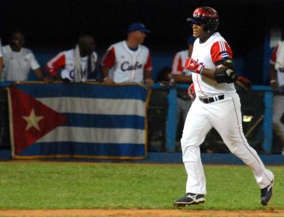 Alfredo Despeigne, en el primer juego de preparación entre los equipos de béisbol de Cuba y Puerto Rico, en el estadio Latinoamericano, en La Habana, el 14 de septiembre de 2011. AIN FOTO / Marcelino VAZQUEZ HERNANDEZ/