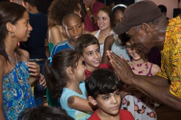 El destacado actor y activista social Danny Glover, junto a los niños de La Colmenita. Foto: Julio Alvite