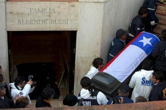 Extraen en Chile el féretro con los restos de Salvador Allende | EFE