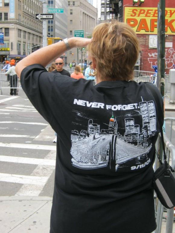 Familiar de víctima del 11 de Septiembre en la entrada de la zona restringida Ground Zero. Foto: Rafael Hernández