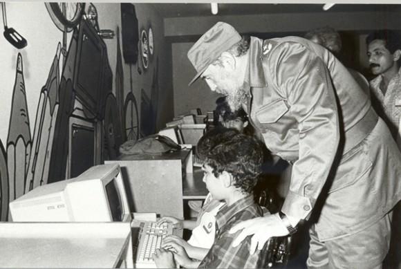 Fidel visita los Joven Club.