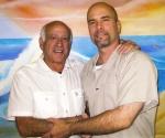 Gilbert Brownstone (I) y Gerardo Hernández, en la cárcel de Victorville.