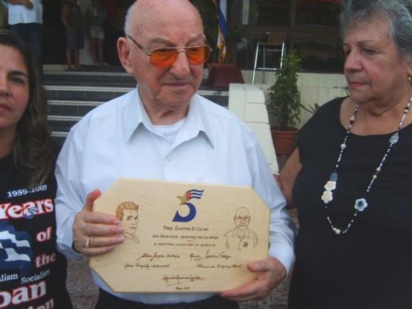 Giustino muestra la placa que le enviaron los Cinco.