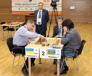 Ivanchuk (a la izquierda) estará en semifinales