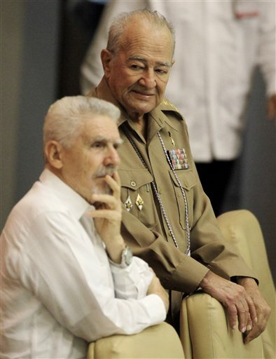 Julio Casas y Ramiro Valdés, en una sesión de la Asamblea Nacional.
