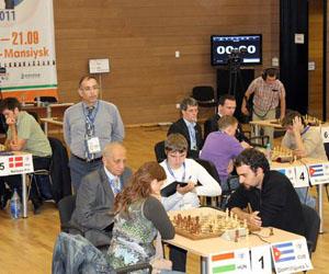 En primer plano, Leinier contra Polgar. Detrás, Bruzón lidia versus Ponomariov